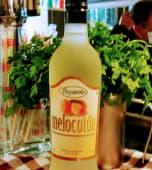 Botella de licor de melocotón