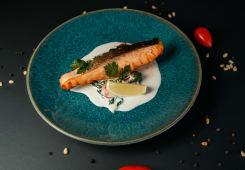 Стейк из лосося со шпинатом и черри