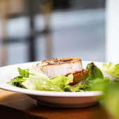 Ensalada de queso de cabra fundido y tomate a la brasa