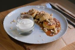 Сирники з солоною карамеллю та горіхами