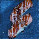 Nigiri de salmón flambeado con salsa teriyaki (2 uds.)