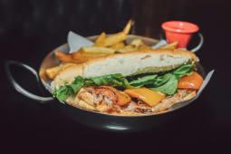 Sándwich de bondiola con papas fritas