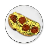 Tosta de huevos revueltos cremosos y aguacate