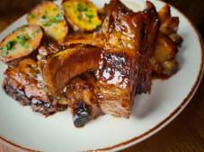 Costite, cartofi rascopti cu usturoi & garlic sos