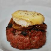 Hamburguesa con queso de cabra y cebolla