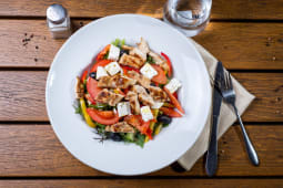 Salata cu Piept de Pui si feta