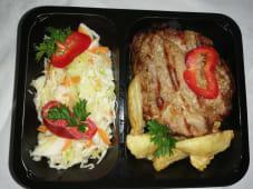 Ceafa de porc la gratar cu cartofi prajiti si salata de varza