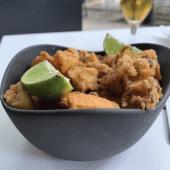 Rabas de chipirón al curry con lima y alioli