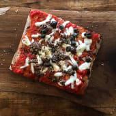 Pizza alla pala Margherita con acciughe, capperi, olive