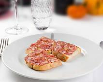 Crostini con salsiccia toscana fresca 3 pezzi (pane, salsiccia)