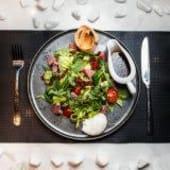 Салат із підкопченим філе тунця та яйцем пашот