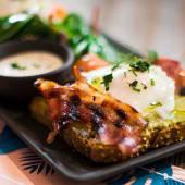 Rawcoco eggs benedict