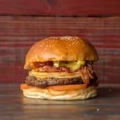 19. Hamburguesa con provoleta, panceta, tomate y ajíes