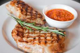 Свинячий стейк на кістці з соусом Аджика (400г)