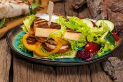 Сендвіч гриль без хліба з овочевим салатом (200/100/50г)