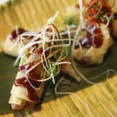 Paquetitos de pato crujiente con salsa de ciruela