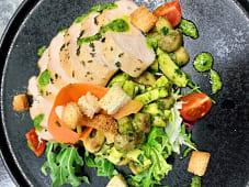 Salata sotiranih pilećih prsa sa cezar dresingom