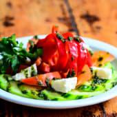 Sałatka ze świeżych warzyw i sera 350g