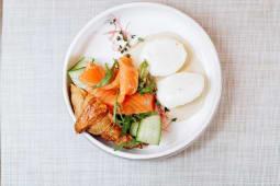 Круасан зі слабосоленої сьомги та яйцем пашот (220г)