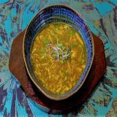 Sopa de curry con pollo y champiñones