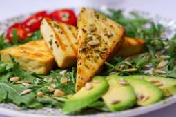 Tofu pe gratar cu salată și mix seminte
