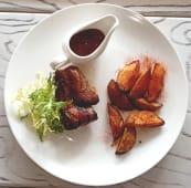 Стейк із свинного ошийка з картопляними дольками