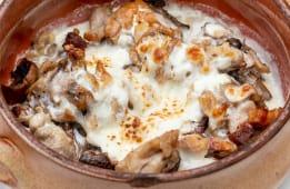 Pulpe de pui in sos gorgonzola pe pat de ciuperci inabusite cu bacon