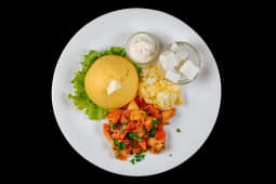 Mămăliga cu tocaniţa de pui, smântănă, brânză de oaie