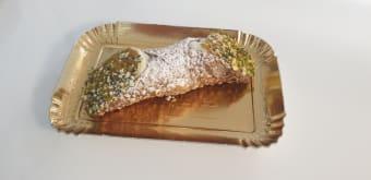 Cannolo con ricotta e granella di pistacchio