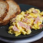 Tostones con huevo revuelto