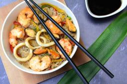 Wok de fideos de arroz y mar