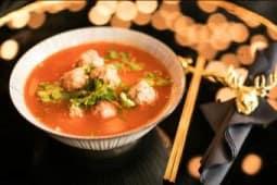 Soupe de vermicelles tomates marinées de Miao avec boulettes de porc