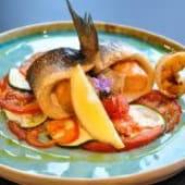 Сібас, запечений з лососем і овочами