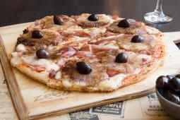 Pizza con azúcar negra y ananá