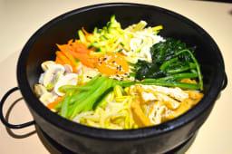 Bimbimbap al estilo coreano con huevo