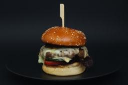 Cheeseburger de Black Angus cu cheddar si ardei copti