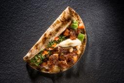 Kebab de pui cu hummus și tabouleh