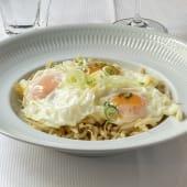 Chanquetes con huevo de corral y puerros en láminas