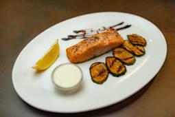 Запечене філе лосося подається з цукіні гриль та крем сиром (170/180г)