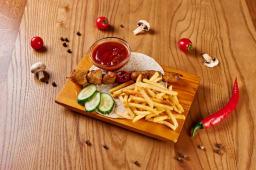 Шашлик з курячого філе з картоплею фрі і свіжими овочами (300г)