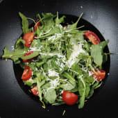 Salată de ruccola cu roșii cherry