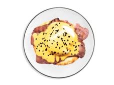 Huevo benedictino con bacon y aguacate