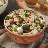 Ensalada de pasta integral con tofu, brócoli y frutos secos