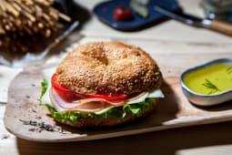 Sandwich bagel cu muschi file si cas