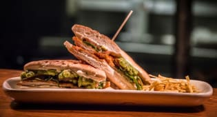 Sandwich milanesa de pollo de corral