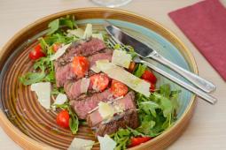 """Grilled beef tenderloin """"tagliata"""", rocket salad, grana padano"""