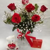 6  rosas rojas en caja con peluche y bombones