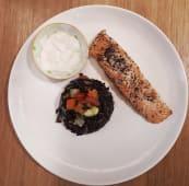 Salmone in crosta di semi di papavero su riso venere e verdure