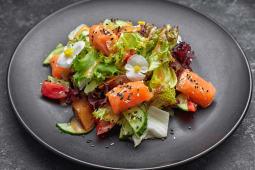 Салат з лососем (300г)