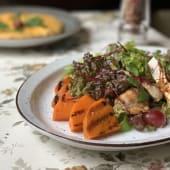 Салат із гарбуза з обсмаженим курячим філе і виноградом (300г)